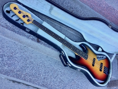 CHANDLER JAZZ BASS FRETLESS